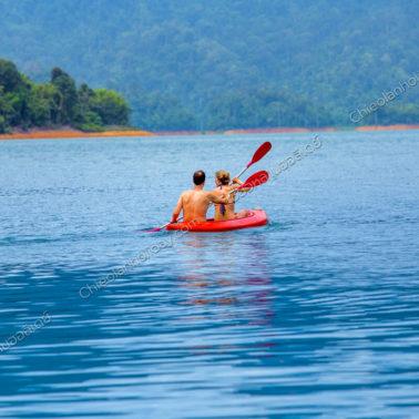 นักท่องเที่ยวมีความสุขกับการพายเรือคายัค